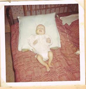 Susanne 4 månader i en säng på Näs 1964 001