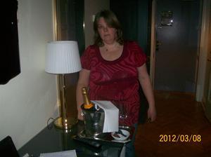 2012 03 08. Maria vid Champagnen som ingick i rummet.