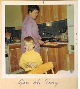 Gun och Tonny i köket. Lägenheten Spenarve i Havdhem 1968 001