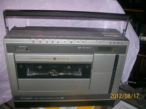 605. Sharp, portable Videocassette-recorder, från Sveriges Radio/Television. Typ: VC-3300 N. Nr: 914656. Fotonr: 100_9471