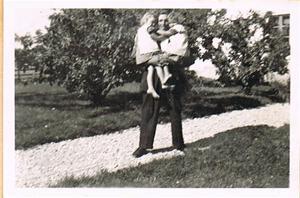 Inga-Maj och Anna-Stina i pappas famn 001