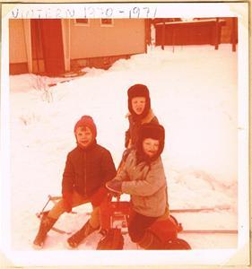 Lotta och två barn till utanför Anna-Stina och Rolfs hus på Malmen i Stånga