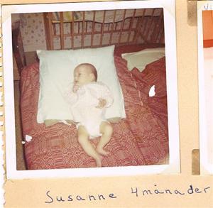Susanne 4 månader i en säng på Näs 1964. Obs fåtölj till höger 001