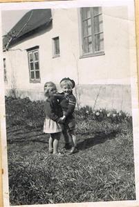 Anne-Marie och Sune i trädgården på Skåls Näs 001