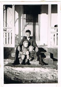 Sune med Sivert och mig på verandatrappen i Näs ca 1960 001