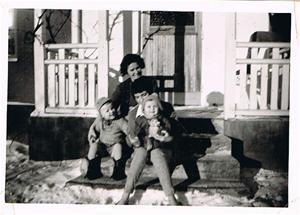 Mamma, Anna-Stina, Sivert och jag ca 1960 001