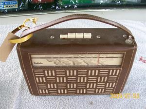 305. Radiola, transistorradio. Typ: 7402. Nr: 380303. Nypris 348:-. Läderhölje från Sydläder. Fotonr: 100_3615. Medföljande batteri se nr: 306.