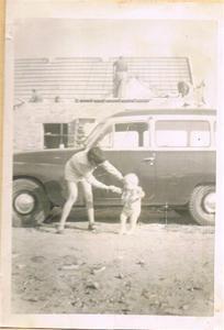 Stina och Sivert när byggningen byggs om 1957 001