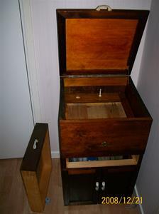 276. Grammofonmöbel, hemmabygge. Tyvärr har grammofonen blivit stulen. Fotonr: 100_2366