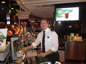 7. Full aktivitet i baren.