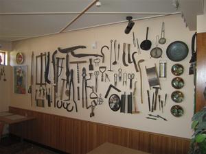 6. I restaurangen finns en utställning med gamla redskap och tallrikar.