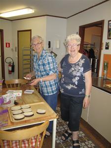 5.I köket var  Ewy Pettersson och Hjördis Johansson i full färd med att göra smörgåsar och koka kaffe.