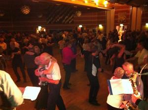 7. Så var vi igång och lokalen börjar fyllas med dansglada gäster.