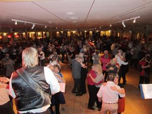 8. ...och dansgolvet fylls av 400 dansare från när och fjärran...
