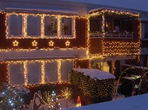 Hus med julbelysning