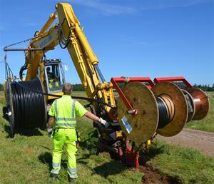 Ner plöjning fiberslang och el-kabel 120726_bild4